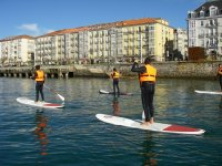 Paddle surf frente a zona urbana