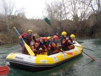 Disfrutando del rafting despedida de soltero