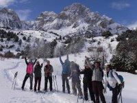 Grupo con raquetas en Pirineo de Huesca
