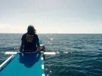 Sentado mirando el mar