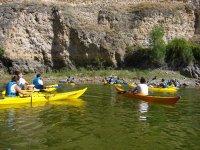 独木舟在河床冒险