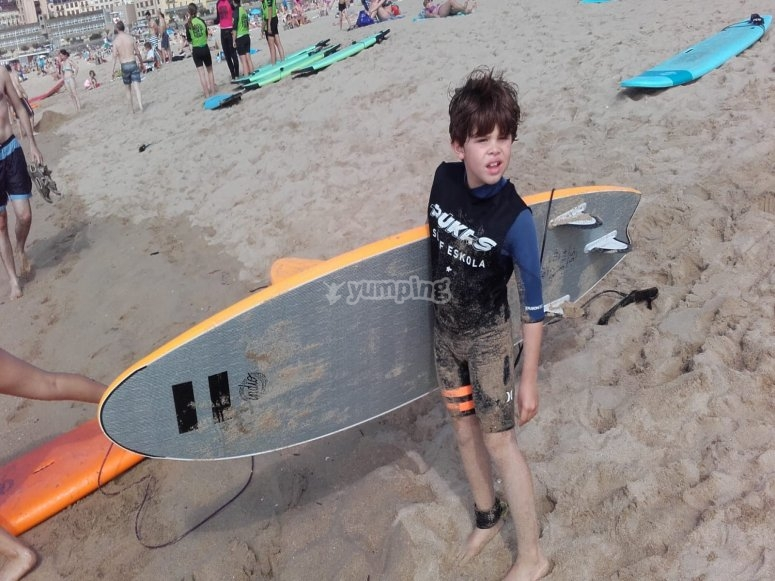 Niño con tabla de surf