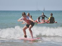 Ragazza che pratica il surf a San Sebastián