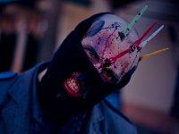 Zombie que ha sido atacado con tenedores