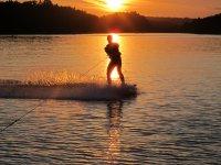 Tramonti facendo wakeboarding