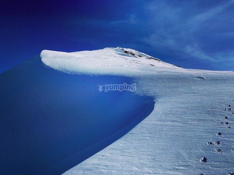 穿过雪地。