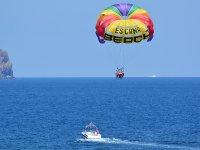 滑翔伞在伊比沙岛享受滑翔伞岛飞行