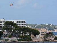 练习伊比沙滑翔伞