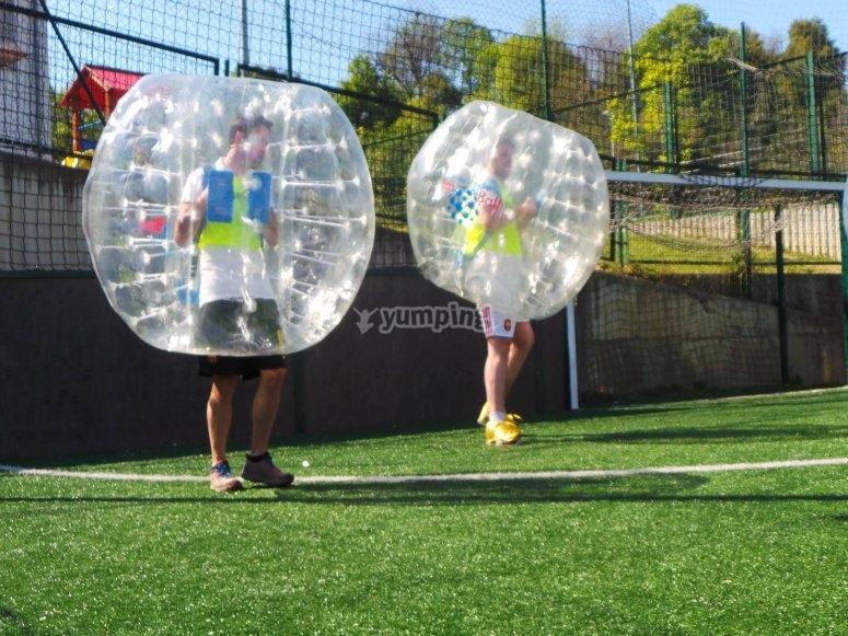 Esperando el balon con las burbujas