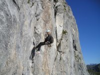 登山者在垂直墙上