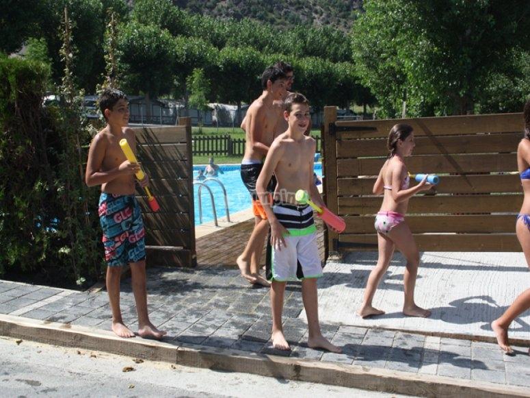 Juegos junto a la piscina