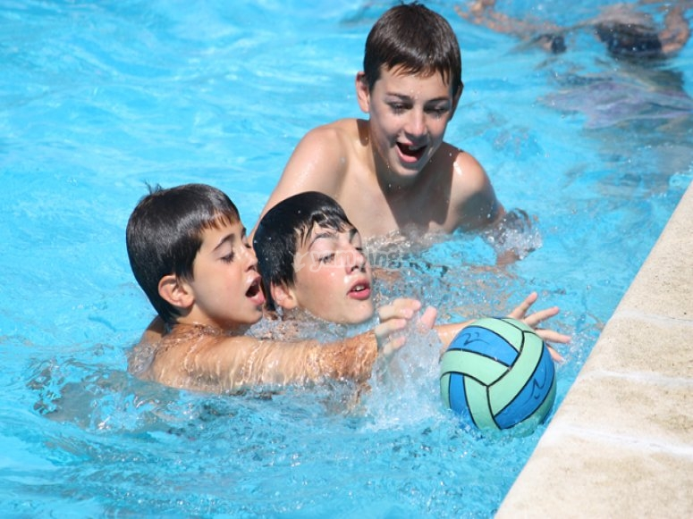 撞球游戏球类运动在游泳池消暑时间