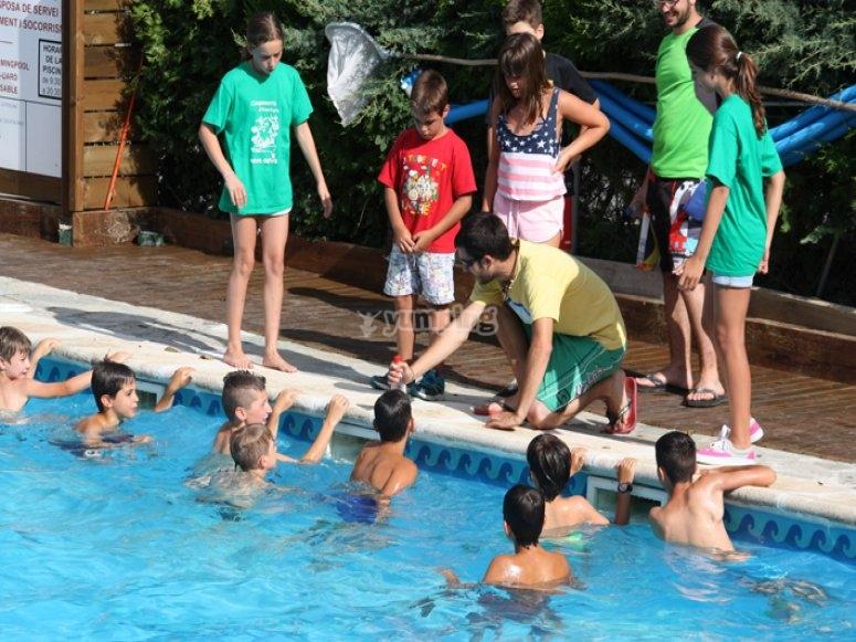 Juegos de balon en la piscina