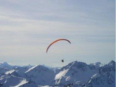 在Grandvalira的滑翔伞飞行