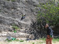 在山上攀登岩石