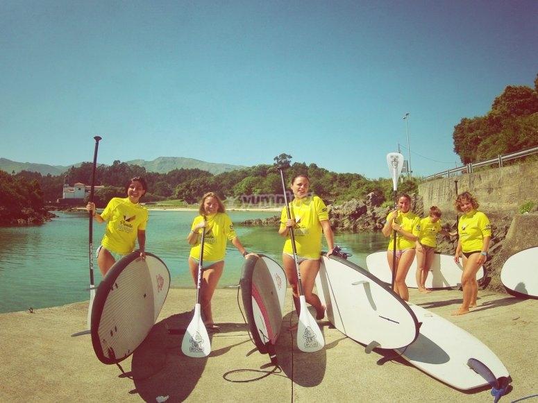 女孩在阿斯图里亚斯(Asturias)进行桨冲浪