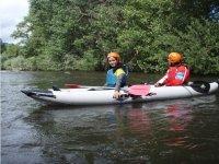 dos personas disfrutan de la ruta de kayak aventur