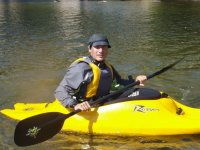 hombre en un kayak individual amarillo