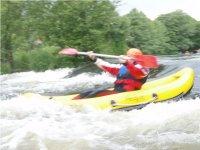 kayakista en aguas bravas