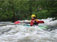 un hombre descendiendo en un kayak
