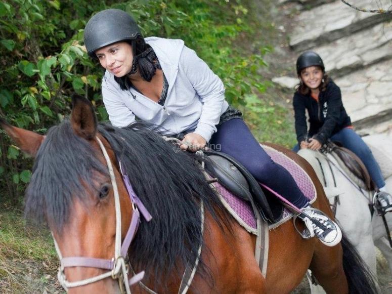 Acariciando al caballo durante la ruta