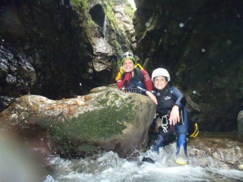 Apoyadas en la roca en el barranco