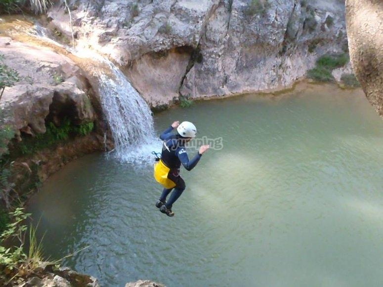 Saltando en el barranco