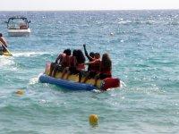Pedala con un amico su una banana boat