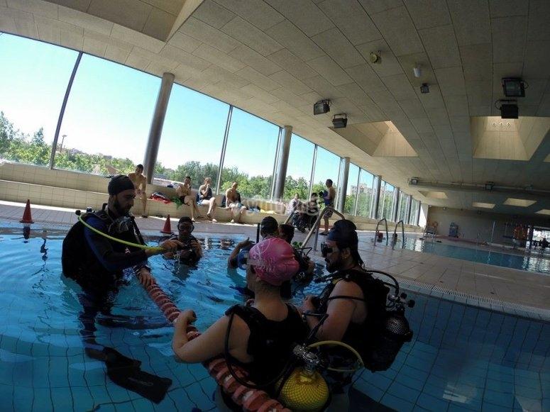 在与潜水教练的游泳池