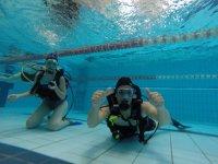 在泳池潜水练习