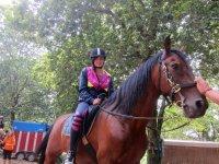 Dia montando a caballo