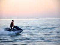 Moto de agua en medio del mar