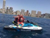 Motos acuáticas con Benidorm de fondo