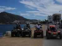 Bordea la Playa de Levante en quad