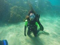 跪在海底的潜水员