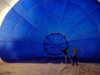 Pasajeros con el globo hinchándose