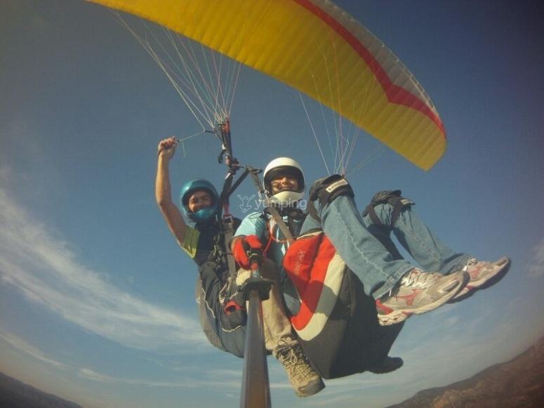 Disfrutando del vuelo en parapente en Alicante