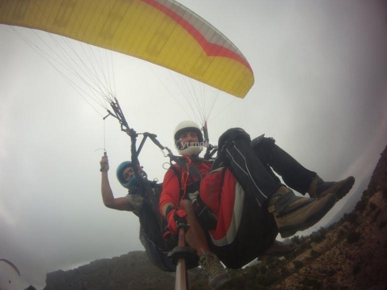 Volando en nuestro parapente en Alicante