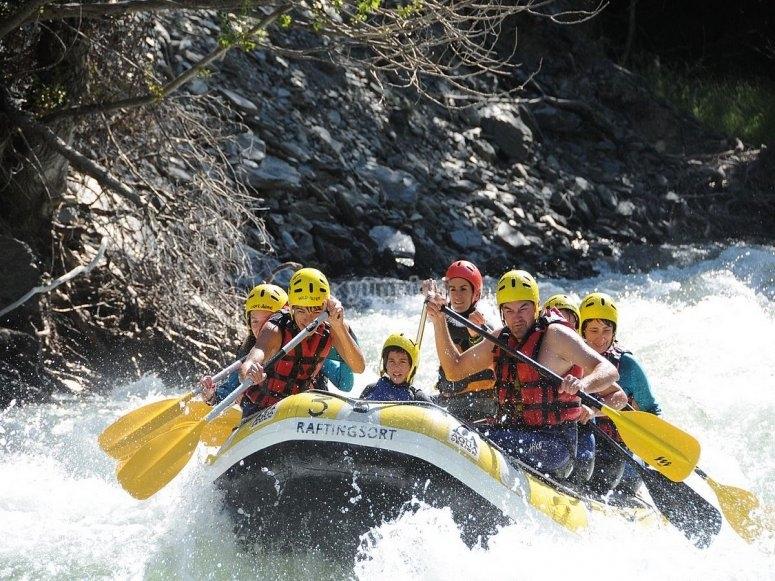 Descendiendo el río Noguera Pallaresa practicando rafting