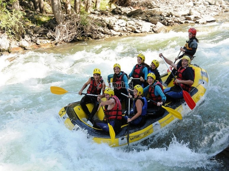 Bajando el río en rafting