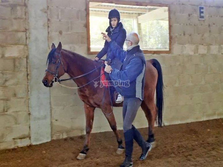 Instructor y alumna a caballo