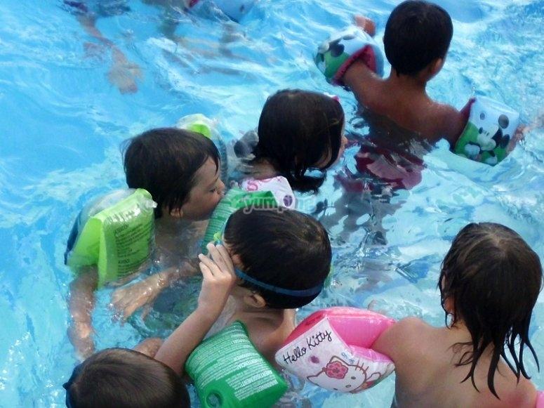 Peques en la piscina