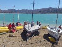 水库通过划动小船在沙-999支持 - 帆船在水库