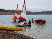 Empujando la embarcacion a la orilla