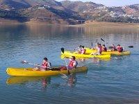 Grupo en kayaks amarillos