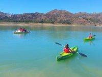 Remando en kayaks verdes