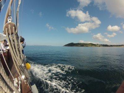 在RíasBaixas的一艘帆船上巡游,野餐