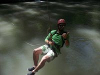 Colgado de la tirolina sobre el río Tajo