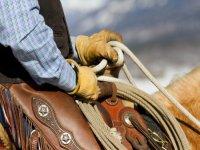 hombre montado a caballo