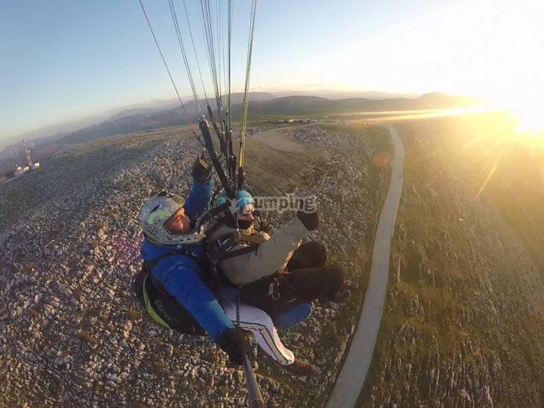 进行滑翔伞飞行